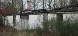 De afgebrande bungalow wordt afgebroken nog voor de komst van de atleten
